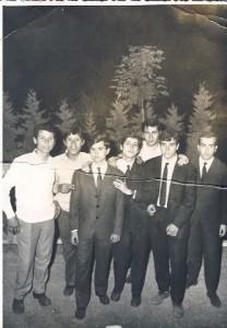 Foto del 1967, piazzale antistante la Parrocchia della Resurrezione, da sinistra sono ritratti: Erminio MARCHETTI, Erminio SCIPIONI, Donato SALVUCCI, Agapito SIMEONI, Carlo EMILIANI, Riccardo IGNAZZI e Giovanni CEDRONE.