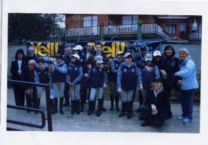 Foto del 2008, gruppo di Famiglie con i propri figli che praticano l'ippo-terapia.