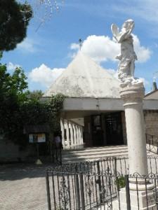 Foto del 2008, la Parrocchia della Resurrezione con l'Angelo in primo piano.