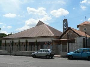 Foto del 2008, la Parrocchia vista da via Turino di Sano.