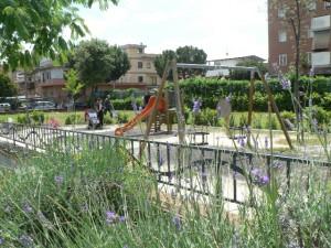 Foto del 2008, area per il divertimento dei bambini all'interno dei giardini pubblici.