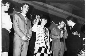 Foto fine anni 60, finalisti della gara canora, in occasione della festa parrocchiale.