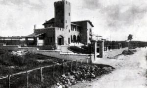 Foto del 1938, la Stazione Sanitaria in fase di ultimazione, si nota via di Torrenova ancora non asfaltata, sullo sfondo, in alto, si intravede la tenuta di Conforti.