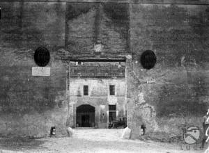 Foto del 1927, una delle entrate del castello.