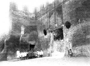 Foto del 1927, una scolaresca davanti all'ingresso del castello.