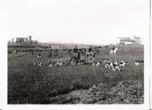"""Foto inizi del 1900, una battuta di caccia chiamata """"la cacciarella""""nei pressi del castello."""