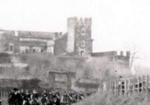 Foto inizi del 1900, battuta di caccia, alle spalle il Castello.