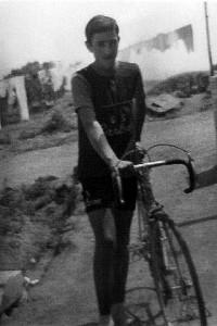 Foto anni 60, Francesco Mirruzzo, novello ciclista ritratto in via Francesco Gonin