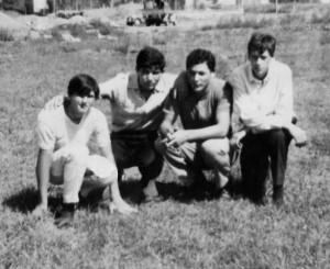 Foto del 1965, Enrico BONESI, Nello ACQUAROLI, Erminio MARCHETTI e Claudio PERRA, dove si intravedono le macchine, oggi c'è l'inizio di via Carlo Santarelli.