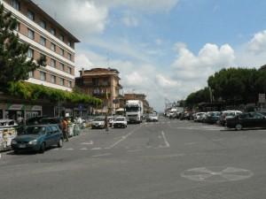 Foto del 2008, via Carlo Santarelli, sulla sinistra, dove oggi c'è l'Albergo, era collocato un punto vendita di pollame, conigli, uova e mangime per animali.