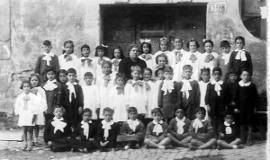1950, alunni delle elementari della scuola del castello.