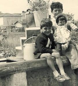 Foto del 1953, Agapito SIMEONI, Erminio MARCHETTI ed Augusta FEDERICI, tra la fontana e la casa, che si nota sullo sfondo, oggi c'è via Turino di Sano.
