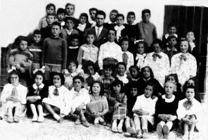Foto del 1954, gruppo di giovannissi studenti che frequetarono le elemtari al Castello, molti di questi studenti abitavano a Giardinetti.