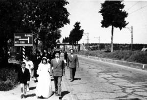 Foto del 1954, via Casilina, Franco e Rita MARCHETTI ritornano da Torre Maura dopo la cerimonia della loro prima Comunione (il quel periodo Giardinetti non aveva la Parrocchia), sulla destra oggi troviamo la nuova stazione ferroviaria di Giardinetti, sullo sfondo si vede il G.R.A..