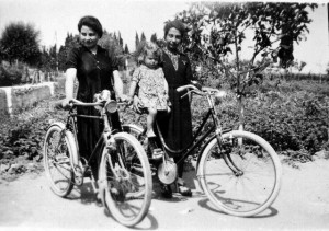 Foto primi anni 50, Rosa CERQUA, a sinistra, fotografata con la sorella e la nipotina. In questa zona oggi ci sono via Nicola da Guardiagrele (a sinistra) e via Carlo Santarelli (a destra), sullo sfondo si scorgono i pini di via Casilina.