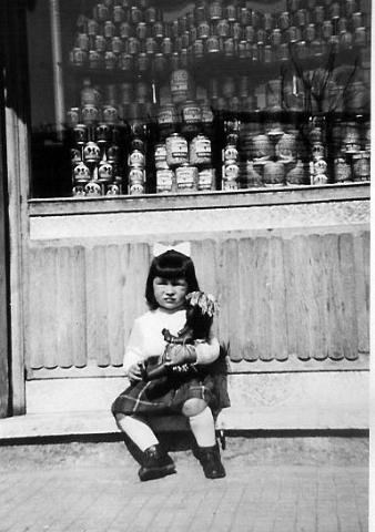 Foto anni 50, negozio di alimentari in via Casamonte