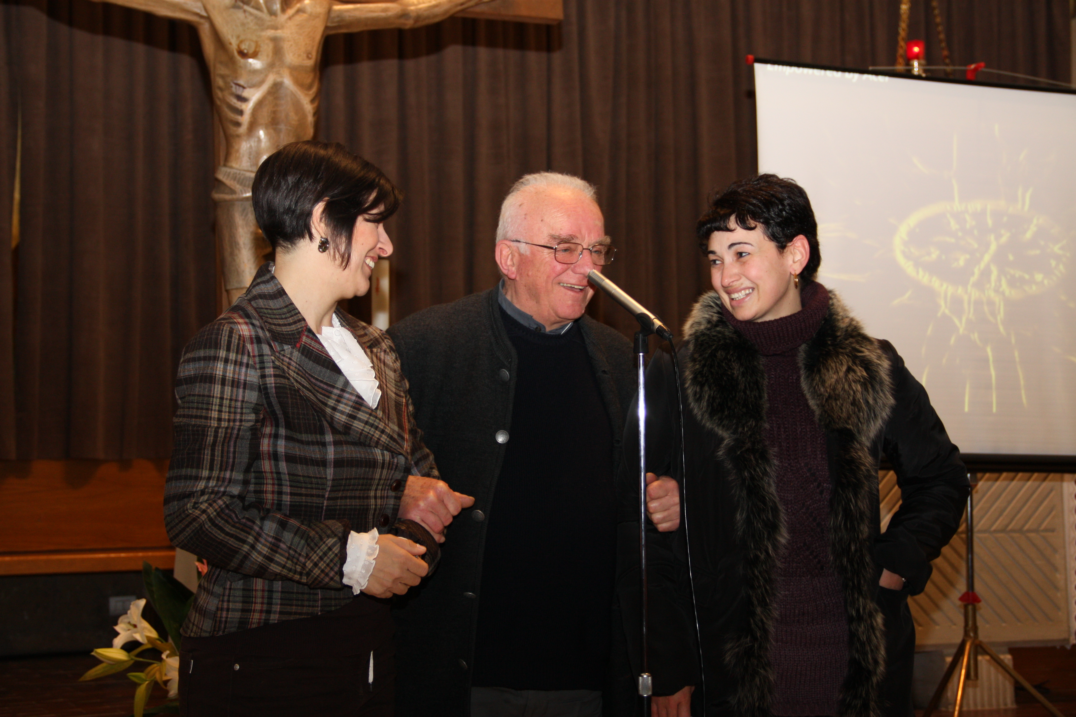 Il Parroco don Franco saluta le mogli degli autori.