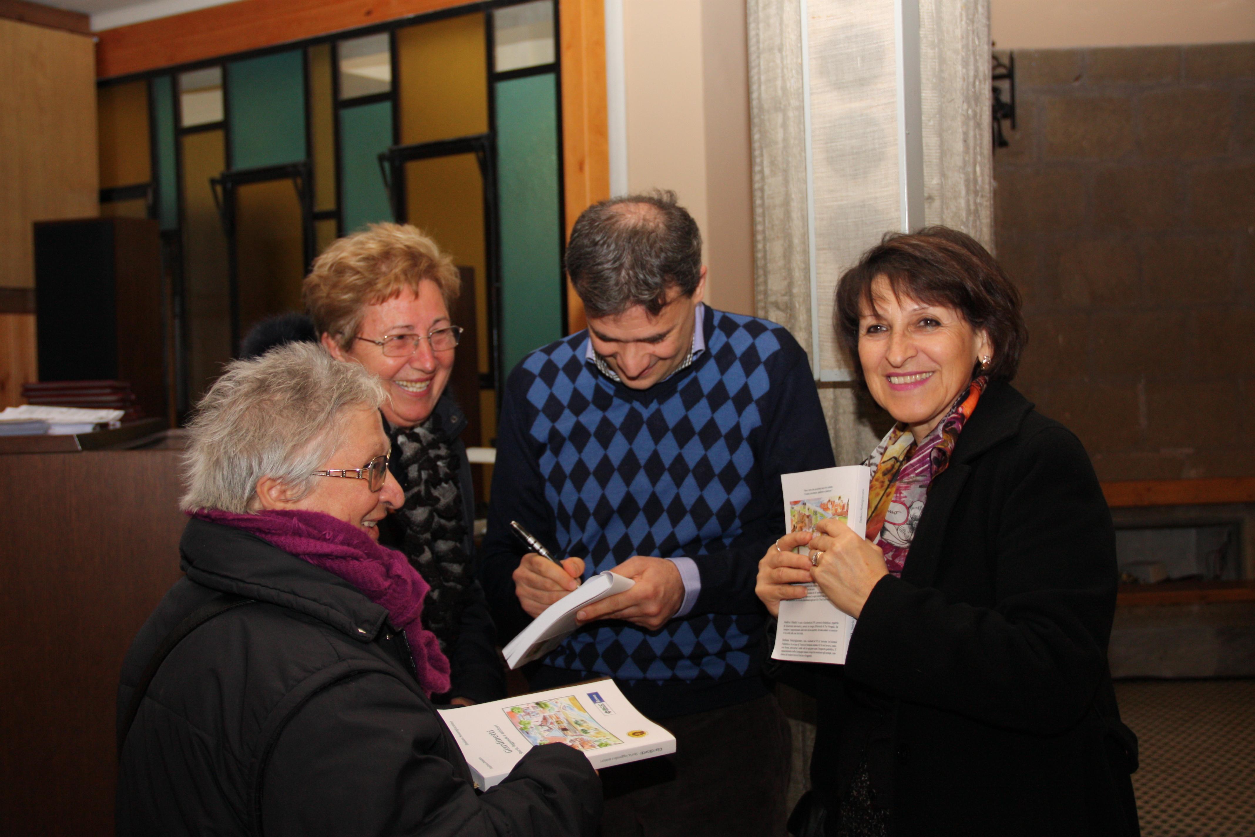 Uno dei due autori firma le copie ad alcune signore di Giardinetti.
